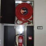 Armario empotrado: bie-25, extintor y pulsador
